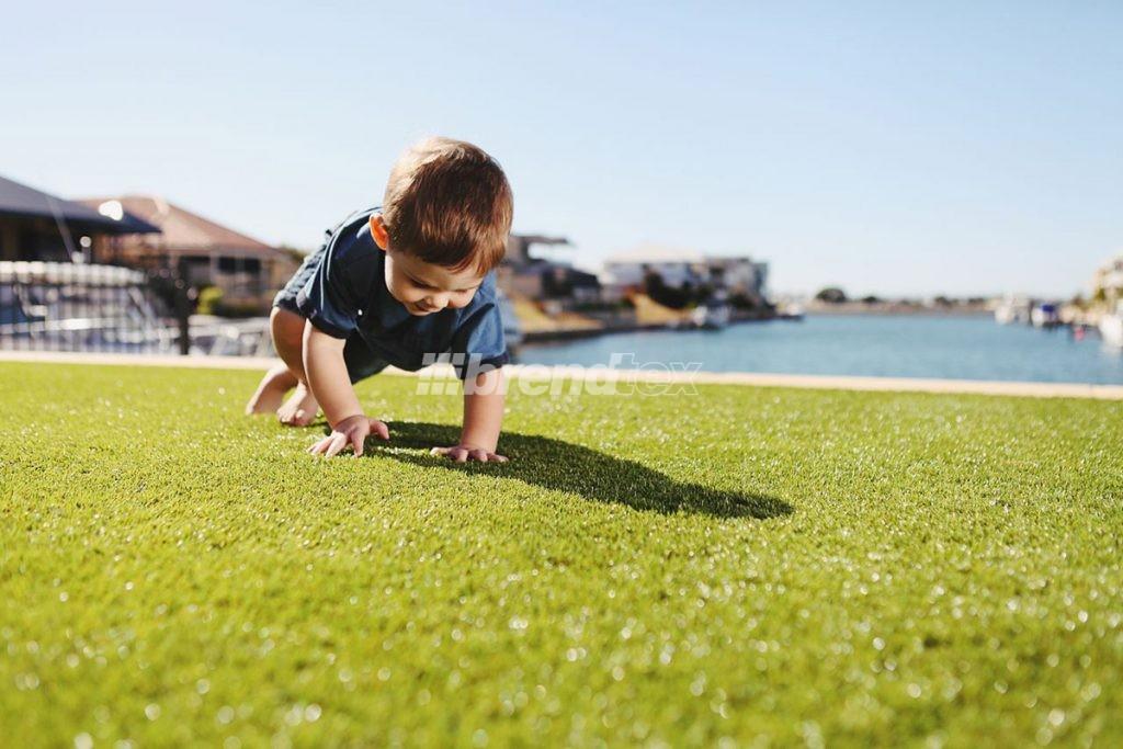 A műfű kültéri minden gyermek kedvence. A kényelmes és biztonságos burkolat elhelyezhető a kertben, az udvaron, például a játékok alá.